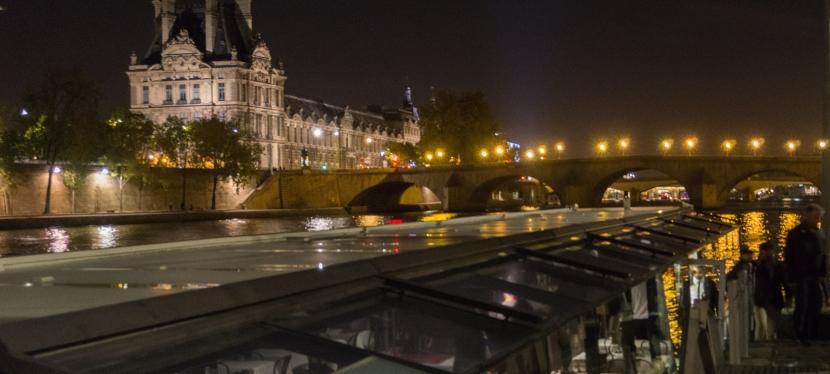Faça sua mulher se apaixonar por você pelo resto da vida. Jantar romântico pelo rio Sena emParis.
